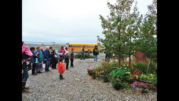 ANNUAL GARDEN TOUR— A light drizzle didn't keep garden enthusiasts from participating in the annual Garden Tour that took place last Saturday, August 27. Here, garden connoisseurs admire the flowers and poplar trees of Chuck and Peggy Fagerstrom.